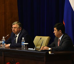 Премьер-министр Темир Сариев менен РФ Федералдык бажы кызматынын жетекчиси Андрей Бельянинов.
