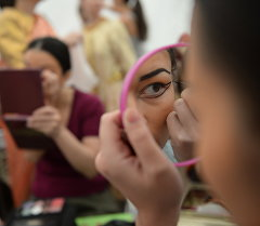 Нанесения макияжа. Архивное фото