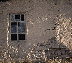 Трещина на стене жилого дома. Архивное фото