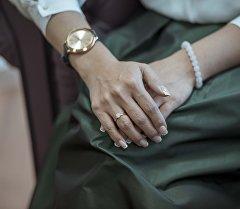 Сплетенные руки женщины. Архивное фото