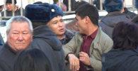 На Ошском рынке в милицейский автобус запихивали мужчин — кадры очевид
