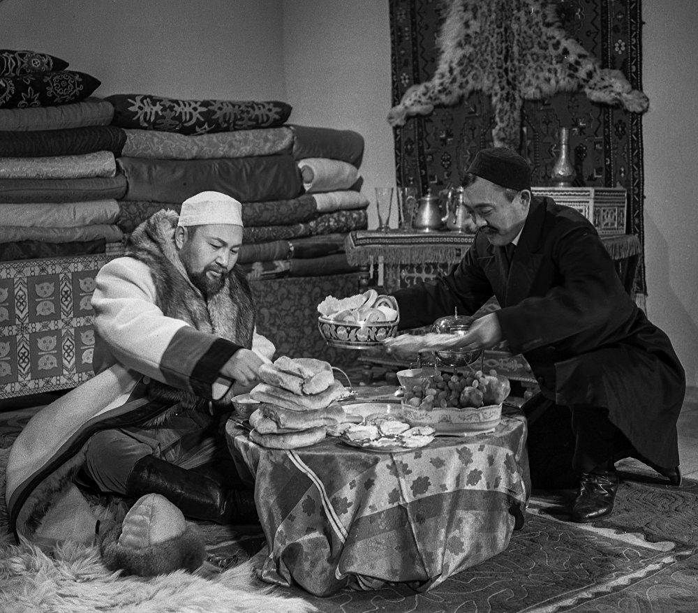 Жарас бай (Советбек Жумадылов) менен котормочу Күчүков (Касымхан Шанин)