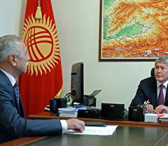 Президент Алмазбек Атамбаев Дин иштери боюнча мамлекеттик комиссиянын директору Орозбек Молдалиевди кабыл алуу учурунда.