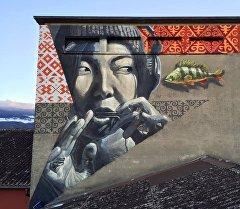 Граффити кыргызской девушки с темир-комузом в швейцарском городе Ивердон.