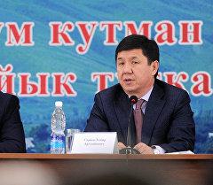 Темир Сариев Чүй облусунун акимдери, айыл ɵкмɵттɵрү жана фермерлери менен жыйын ɵткɵрүү учурунда.