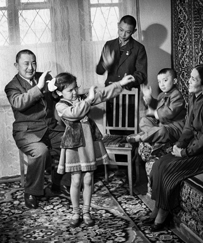 Муратбек Рыскулов с семьей