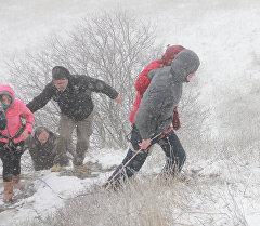 Группа слепых в снег и ветер покорила вершину горы на востоке Грузии