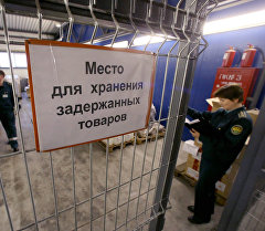 Работники таможенного поста на складе задержанных товаров. Архивное фото
