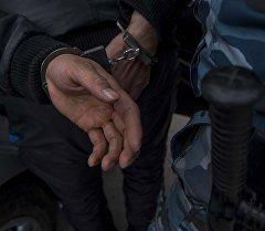 Архивное фото мужчины в наручниках