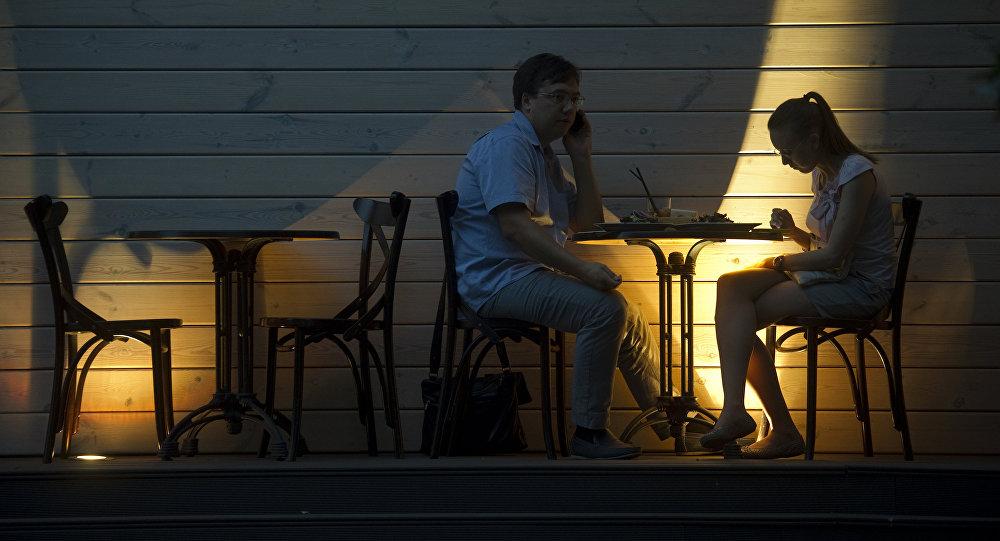Посетители за столиком в кафе. Архивное фото