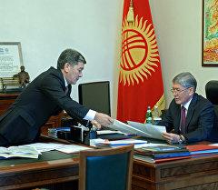 Президент Алмазбек Атамбаев и министр транспорта и коммуникаций Аргынбек Малабаев. Архив