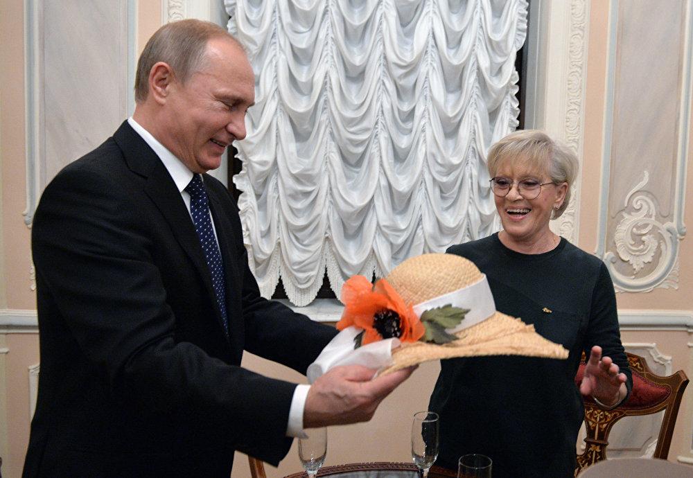Президент РФ Владимир Путин поздравляет народную артистку СССР Алису Фрейндлих с юбилеем во время посещения театра