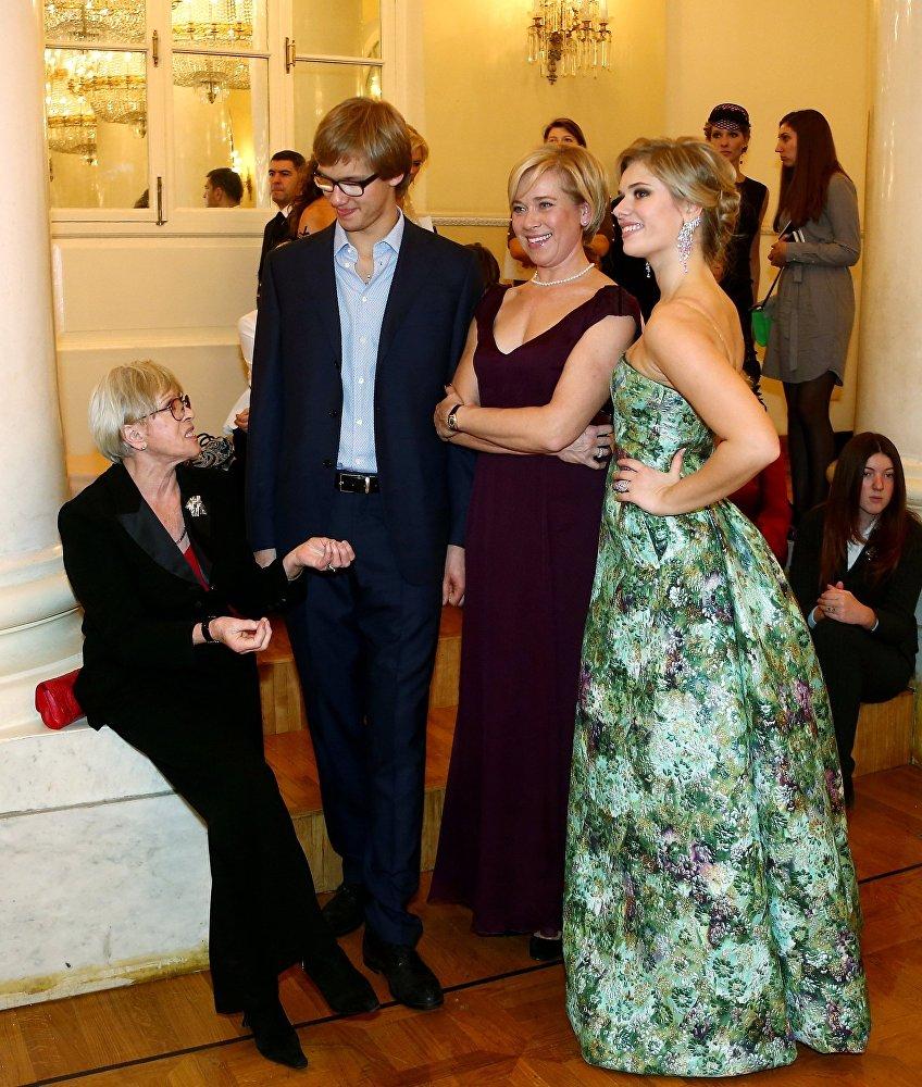 Фрейндлих с дочерью Варварой Владимировой и внуками Анной и Никитой на Балу дебютанток