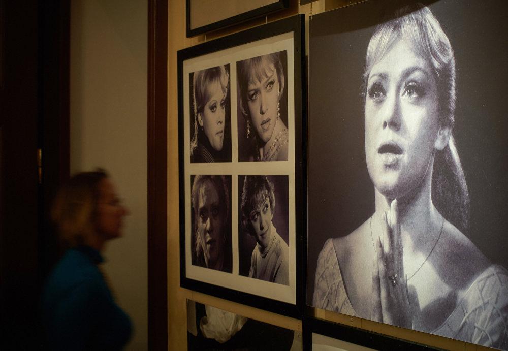 Фотографии народной артистки СССР Алисы Фрейндлих на открытии выставки, посвященной актерской династии Фрейндлих, в Санкт-Петербурге