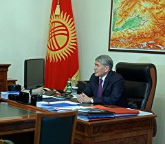 Президент Алмазбек Атамбаев Улуттук коопсуздук боюнча мамлекеттик комитеттин төрагасы Абдил Сегизбаевди кабыл алуу учурунда.