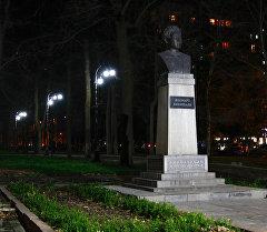 Эркиндик бульварындагы жарык коюлган Жоомарт Бөкөнбаев эстелиги.