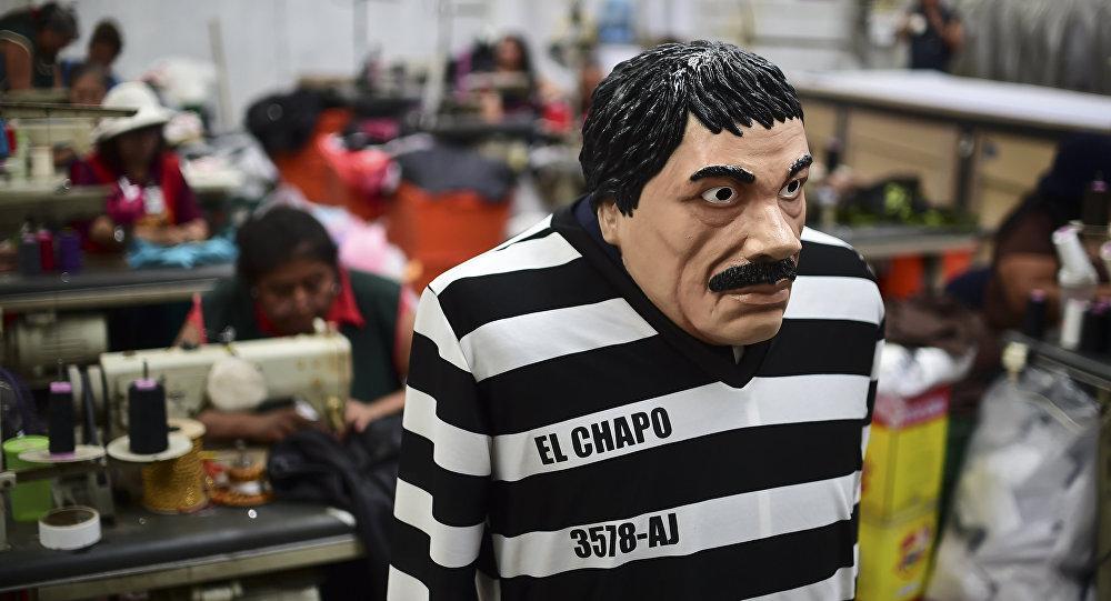 Мексикалык наркобарон Зоакин Гусман Лоэранын маскасы кийим фабрикасында. Архив