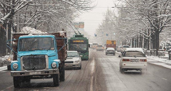 Одна из центральных улиц Бишкека во время снегопада. Архивное фото
