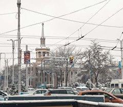 Светофор на перекрестке улиц Манаса и Чуй в Бишкеке. Архивное фото