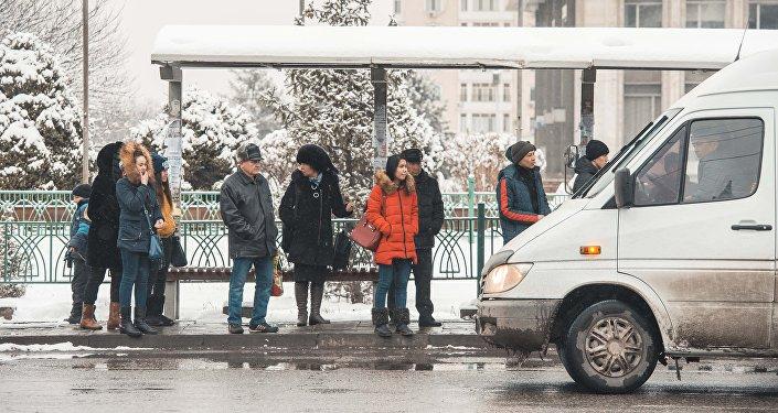 Онлайн девушек прижали в транспорте фото 705-460