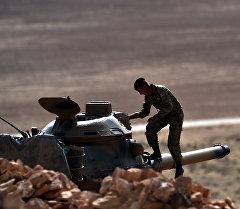 Турецкий военнослужащий садиться в танк. Архивное фото