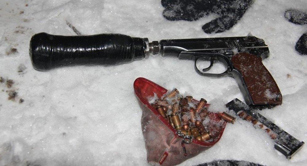 Пистолет и патроны найденные на месте ликвидации террористов.