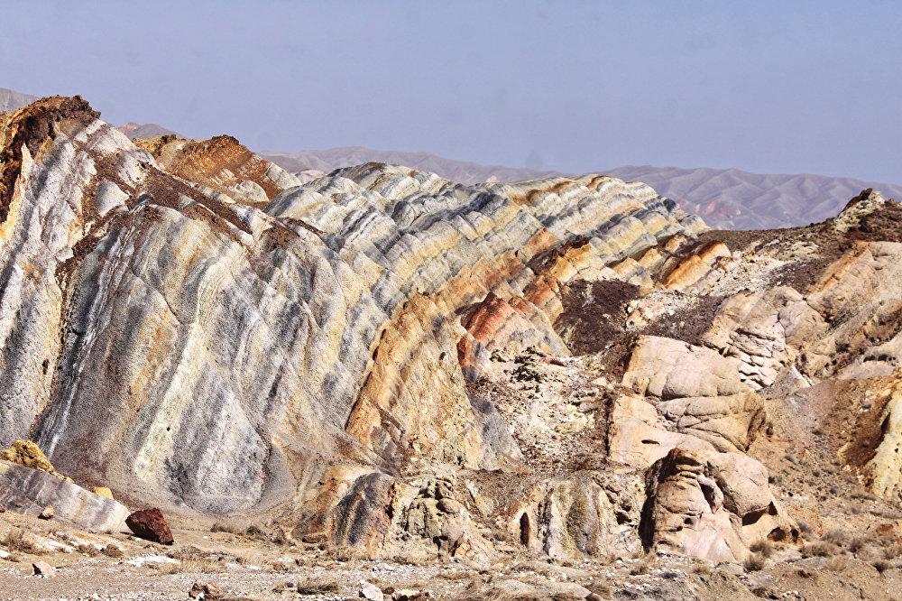 Баткен облусуна караштуу Самаркандек айылынан батышты көздөй 18 чакырым алыстыкта көз талдырган Сары-Тоо массиви жайгашкан.