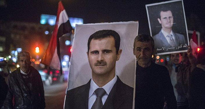 Жители Дамаска встречают военнослужащих Сирийской арабской армии (САА) с портретом президента Сирии Башара Асада. Архивное фото