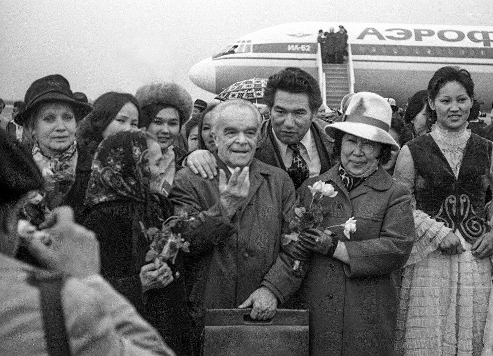 Улуу жазуучу советтик кинорежиссер, сценарийчи Марк Донскойду артынан кучактап турат. Сүрөт Кыргызстанда 1976-жылы өткөн кинофестивалда тартылган. Солдо, жоолукчан Кыргыз Эл Баатыры Сабира Күмүшалиева турат