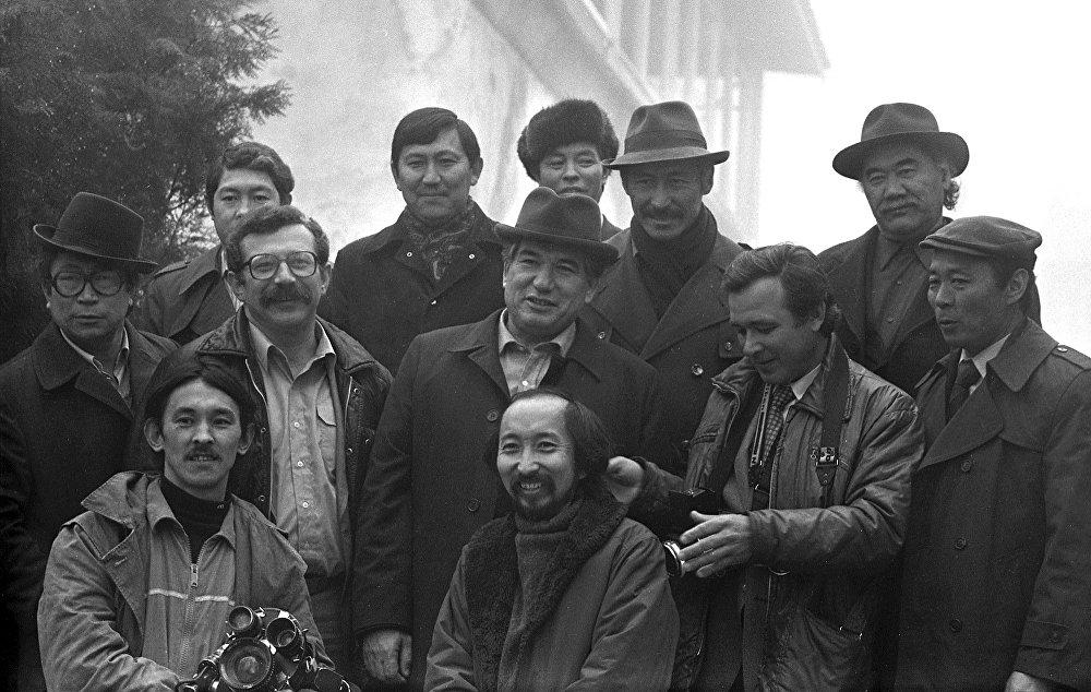 Кыргыз элине керемет кинокартиналарды тартуулаган Кыргызфильм киностудиясынын 40 жылдыгын белгилөө учурунан бир ирмем. Сүрөттө кыргыздын кинодүйнөсүнүн дөө-шаалары Ала-Арча капчыгайында.