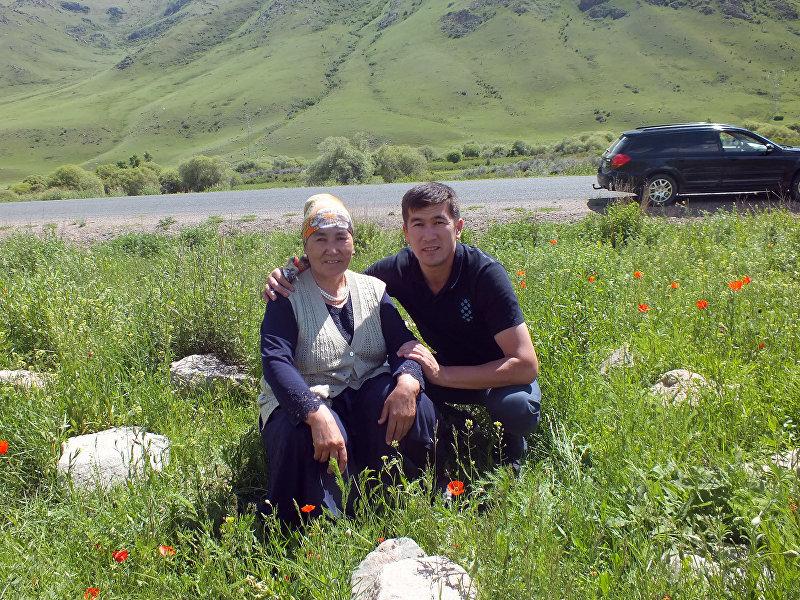 Акын Аалы Туткучев с матерью во время поездки