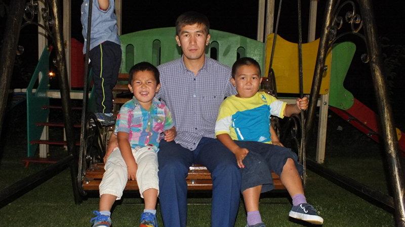 Акын Аалы Туткучев с детьми