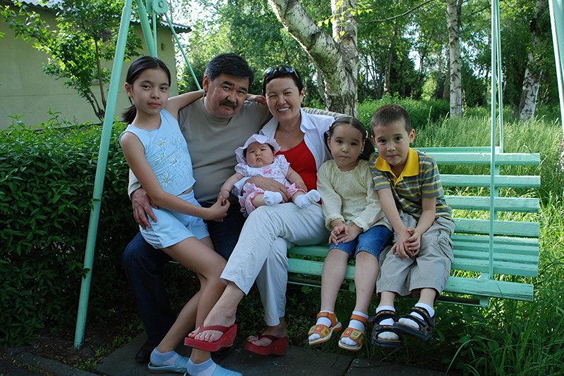 Медет Садыркулов с внуками