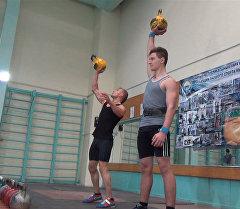 Көзүн танган спортчулар гиряны асмандата ыргытышты