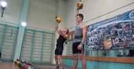 Спортсмены с закрытыми глазами жонглировали гирями на Открытом кубке К