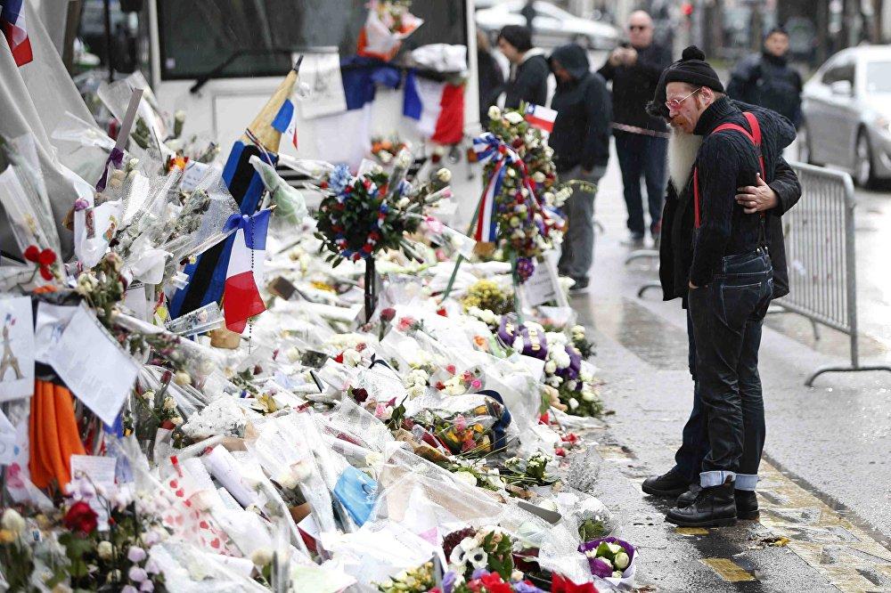 Биринчи жолу терактан кийин Eagles of Death Metal рок-группасынын катышуучулары Парижге барышты. Калифорниялык музыканттар ирландиядык U2 тобунун чоң концертине катышты. Ошондой эле топтун катышуучулары Жесси Хьюз (биринчи планда) менен Жош Хомме 13-ноябрда алардын концерти учурунда террористтер тарабынан басып алынган Батаклан концерттик залына гүл коюшту
