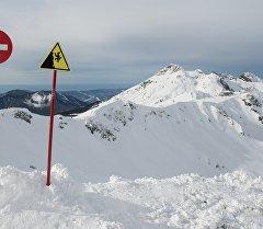 Предупреждающие знаки на одной из вершин. Архивное фото