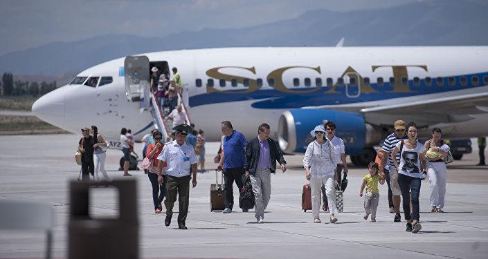 Кыргызстандагы Тамчыдагы аэропорттогу жүргүнчүлөр. Архивдик сүрөт