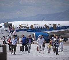 Пассажиры выходят с самолета в аэропорту. Архивное фото