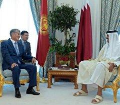 Президент Алмазбек Атамбаев Катар мамлекетинин эмири Тамим Хамад Аль Тани менен жолугушуу учурунда.