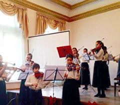 Музыканты исполняют композицию на концерте памяти Георгия Свиридова.