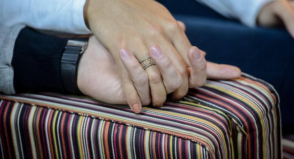 Пара держатся за руки. Архивное фото