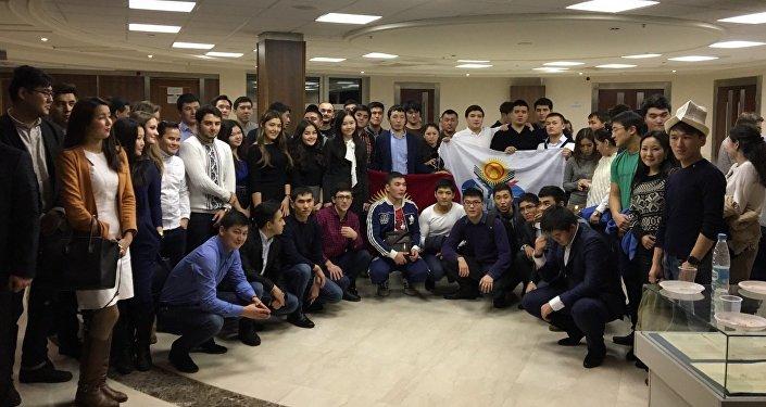 Студенты МГИМО на вечере посвященный Чингизу Айтматову.