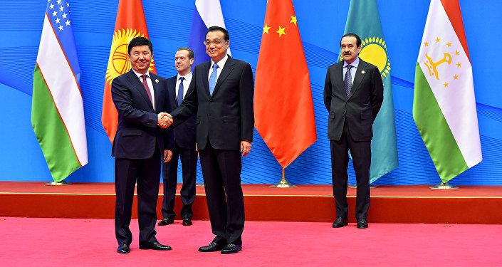 Премьер-министры Кыргызстана Темир Сариев и Китая Ли Кэцян. Архивное фото