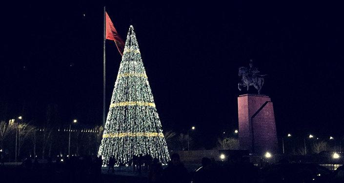 Главная новогодня елка страны в ночное время на площади Ала-Тоо в Бишкеке