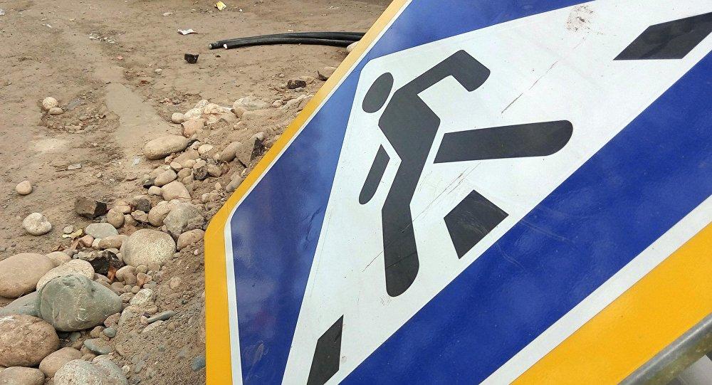 Упавший дорожный знак Пешеходный переход в Бишкеке. Архивное фото