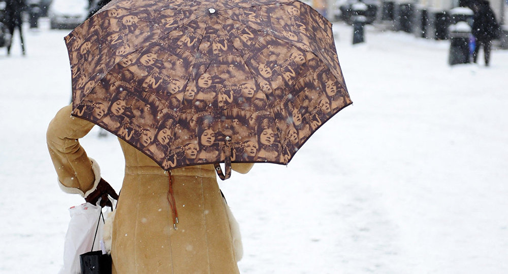 Девушка с зонтиком на улице. Архивное фото