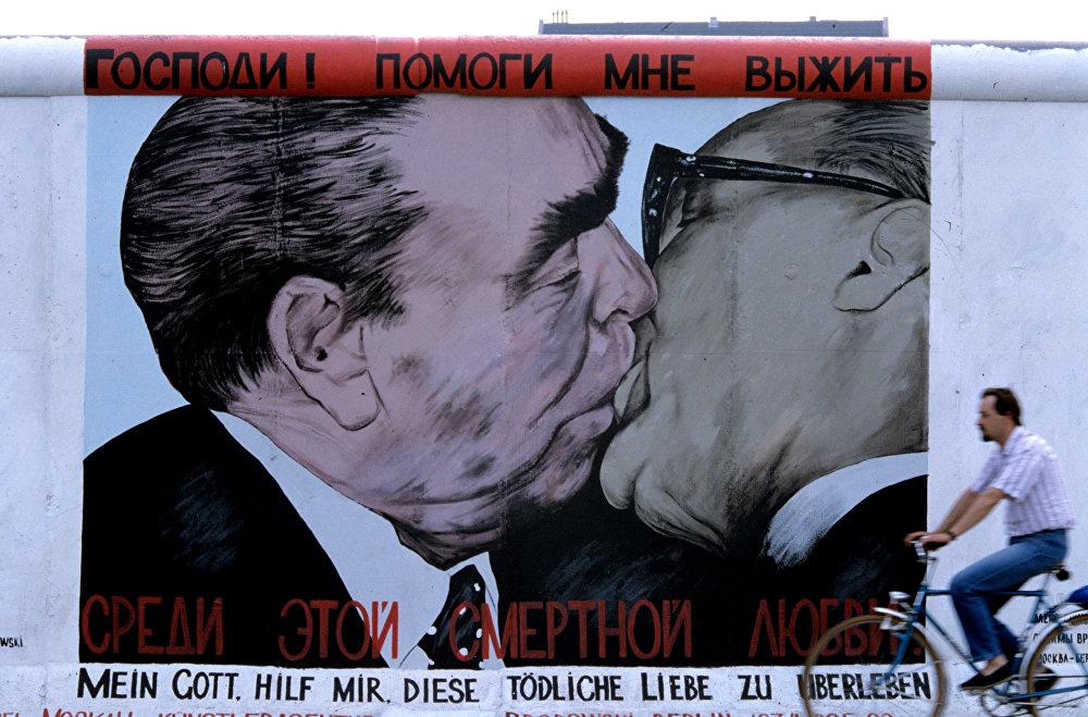 Өбүшүп жаткан Леонид Брежнев жана Эрик Хонеккер (ГДР башчысы).Россиялык сүрөтчү Дмитрий Врубелдин эмгеги