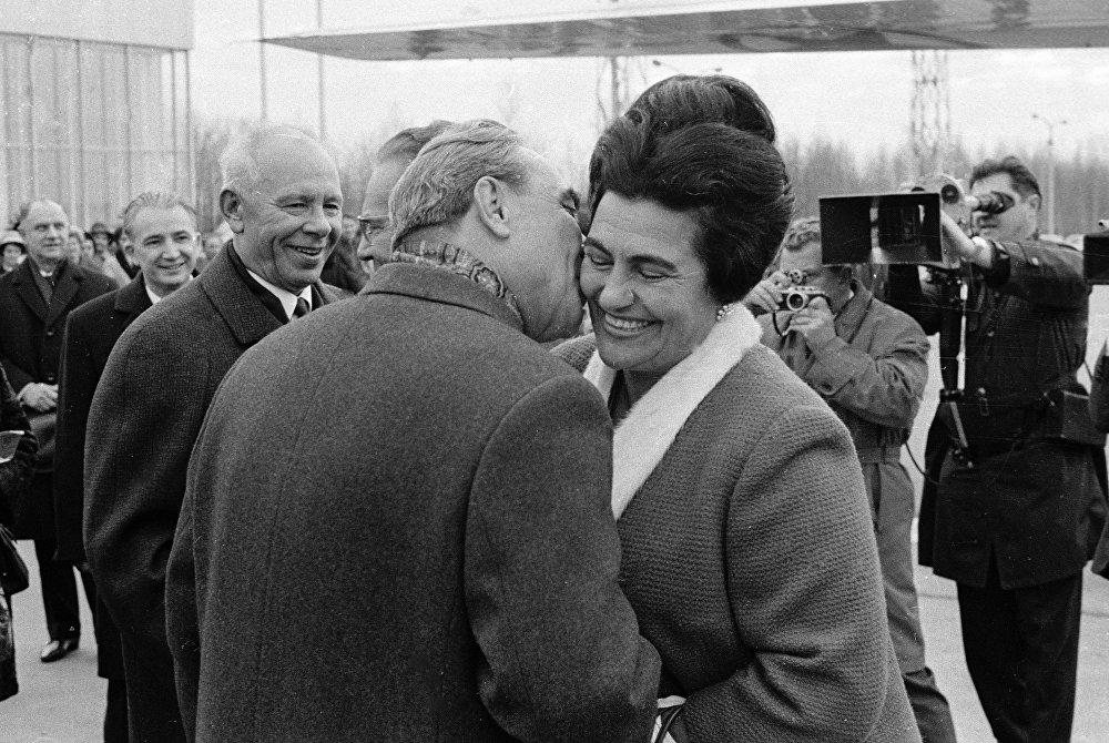 Брежнев Югославия лидери Иосип  Броз Титонун жубайы  Йованка Броздун  бетинен сүйүп жатат