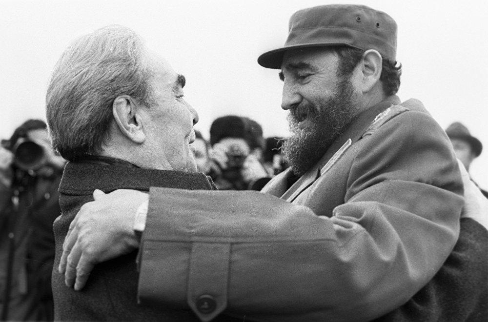 КПСС БКнын башкы катчысы  Леонид Брежнев Куба президенти Фидель Кастрону кучактап, учурашууда